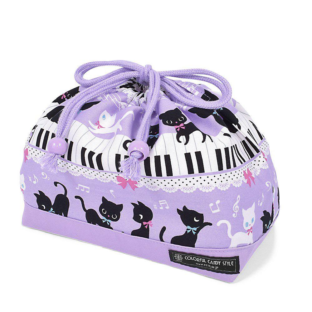 巾着 中 マチ有りお弁当袋(ネームタグ付き) ピアノの上で踊る黒猫ワルツ(ラベンダー) × オックス・ラベンダー_1