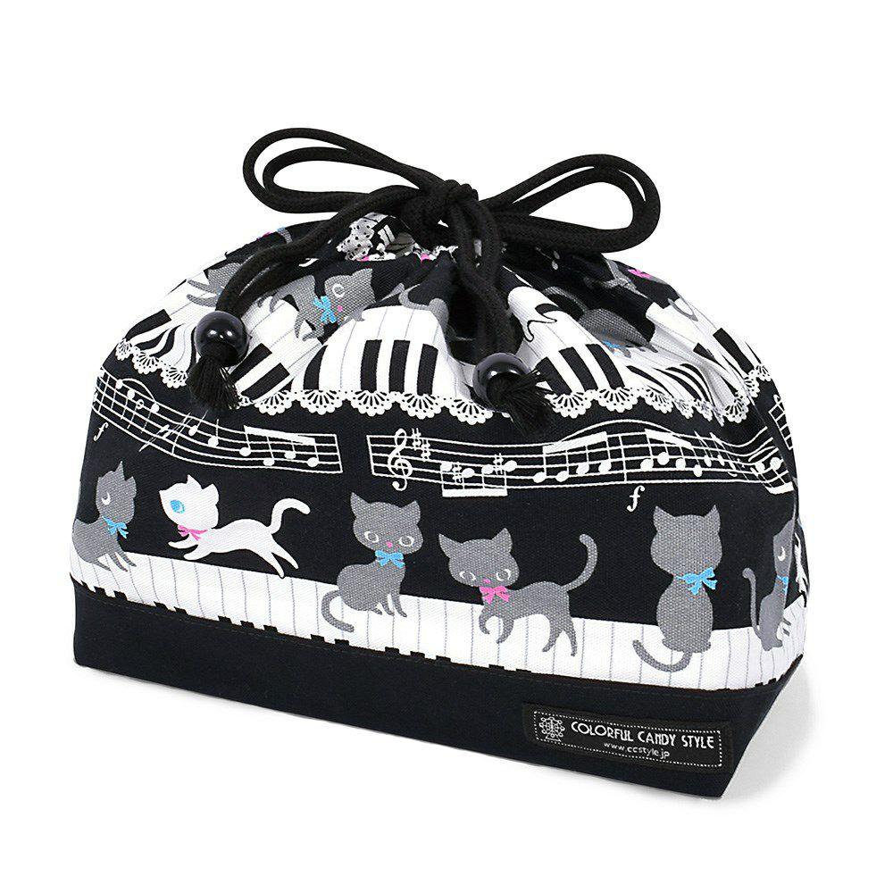 巾着 中 マチ有りお弁当袋(ネームタグ付き) ピアノの上で踊る黒猫ワルツ(ブラック) × オックス・黒_1